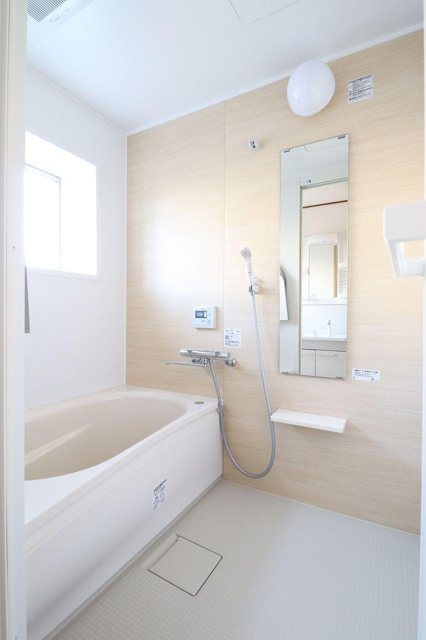 浴室窓があるだけで明るく開放的な雰囲気になりますよね。換気力も段違いです!
