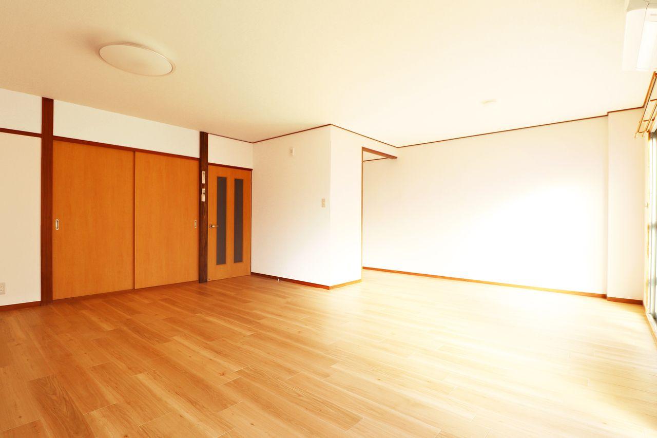 12畳の広~いLDKがあります。2面の掃出し窓があり、日光もお部屋全体に入ってくること間違いなしですね♪