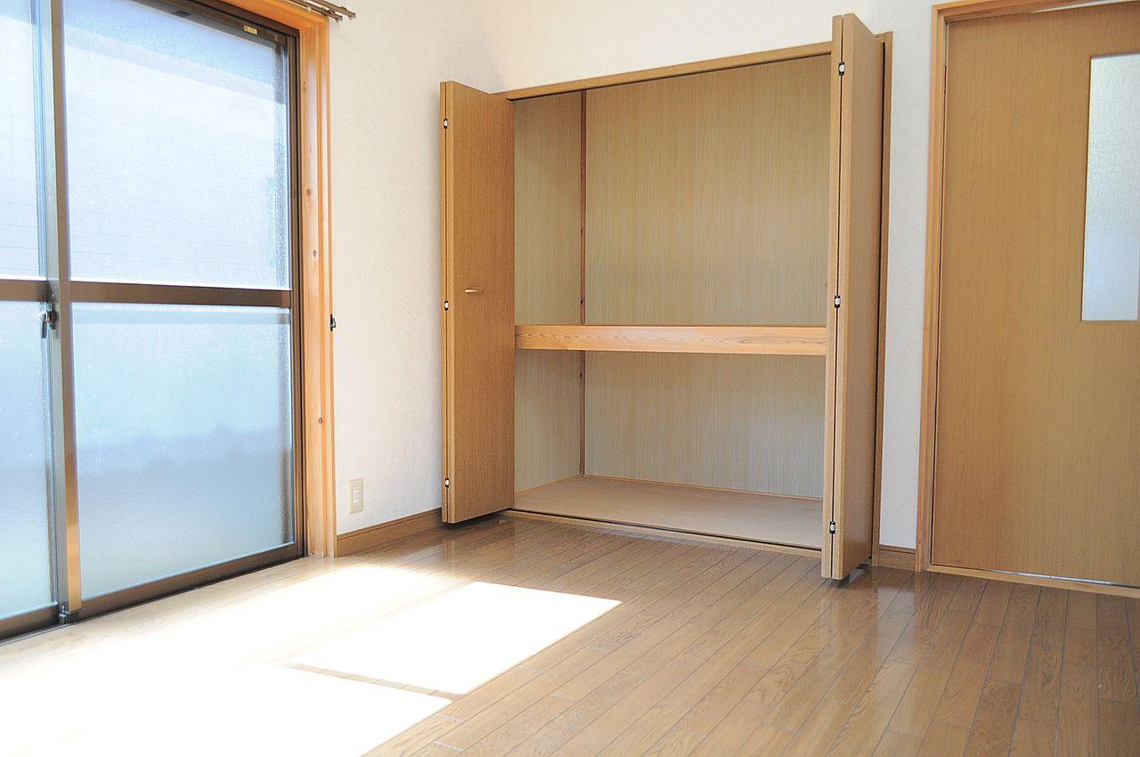 洋室にも和室にも押入れがあります。大型の荷物も収納できそうです。