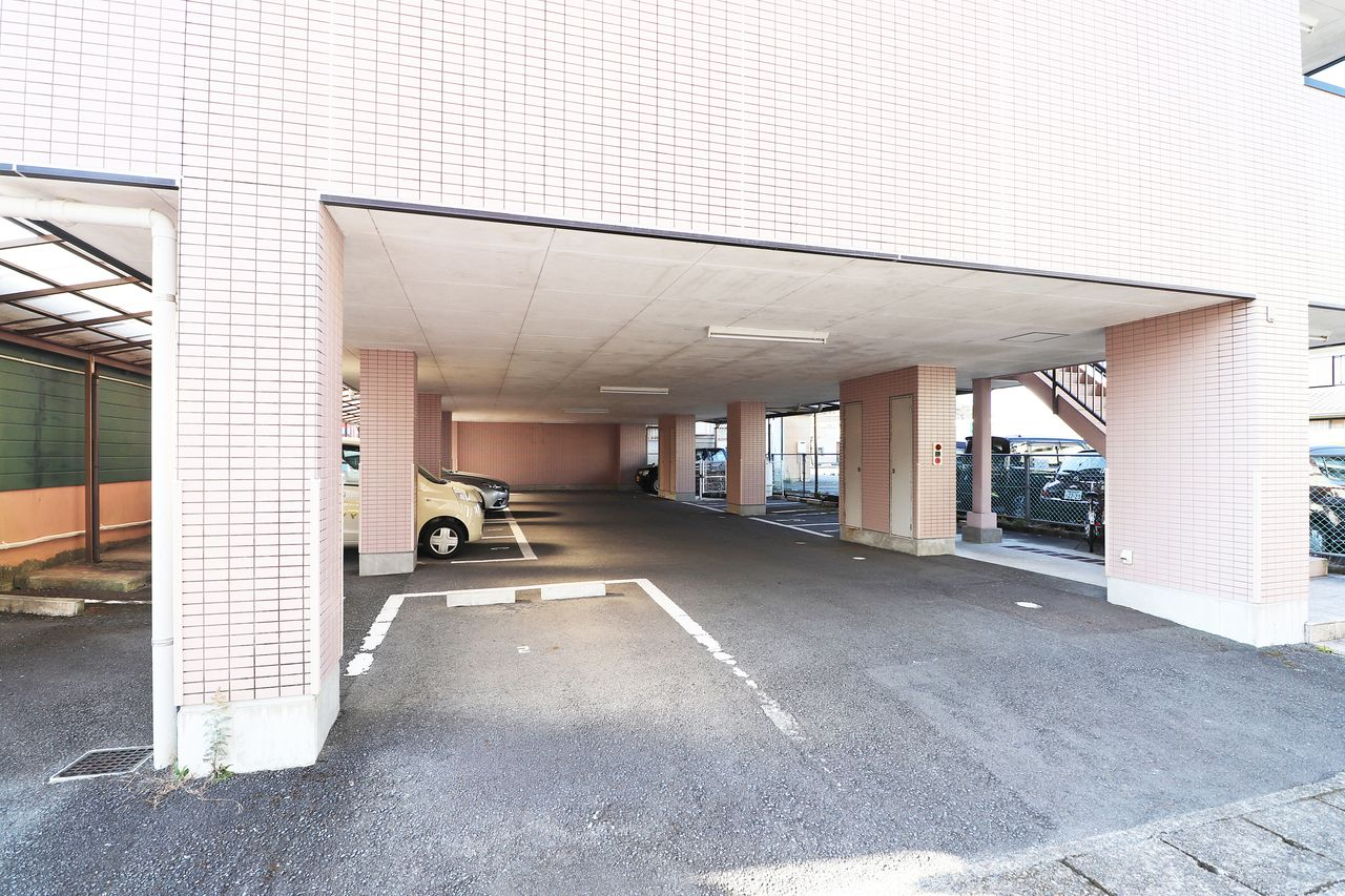 1階部分が駐車場になっています。雨の日の乗り降りが非常に助かります。