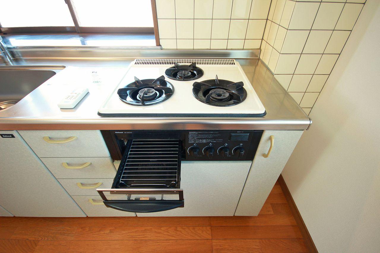 3口ガスコンロ付きのシステムキッチンです。