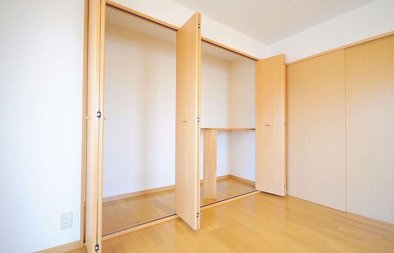 広い洋室の壁1面が収納。収納量は大きく、ゆったりとしたスペースがあります。