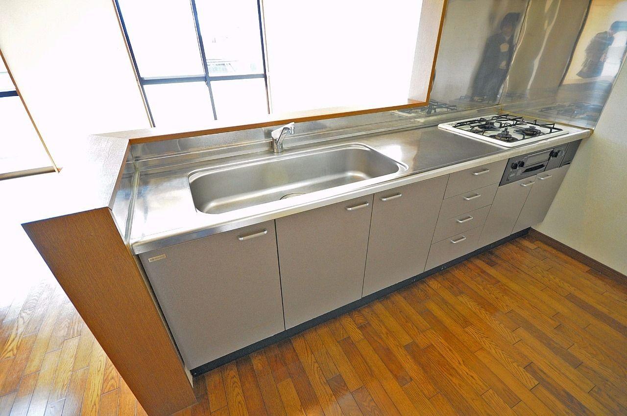 3口ガスコンロ付きのシステムキッチン!調理スペースも広く、お料理が好きな人には嬉しい設備。