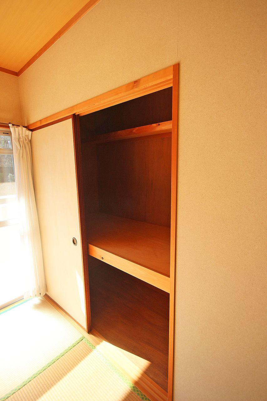和室にはそれぞれ押入れがあります。収納力も◎です♪