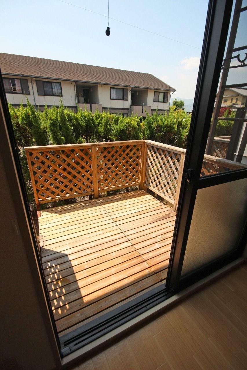 なんとウッドデッキがあります!生垣にウッドデッキなんて贅沢な戸建のようですよね!