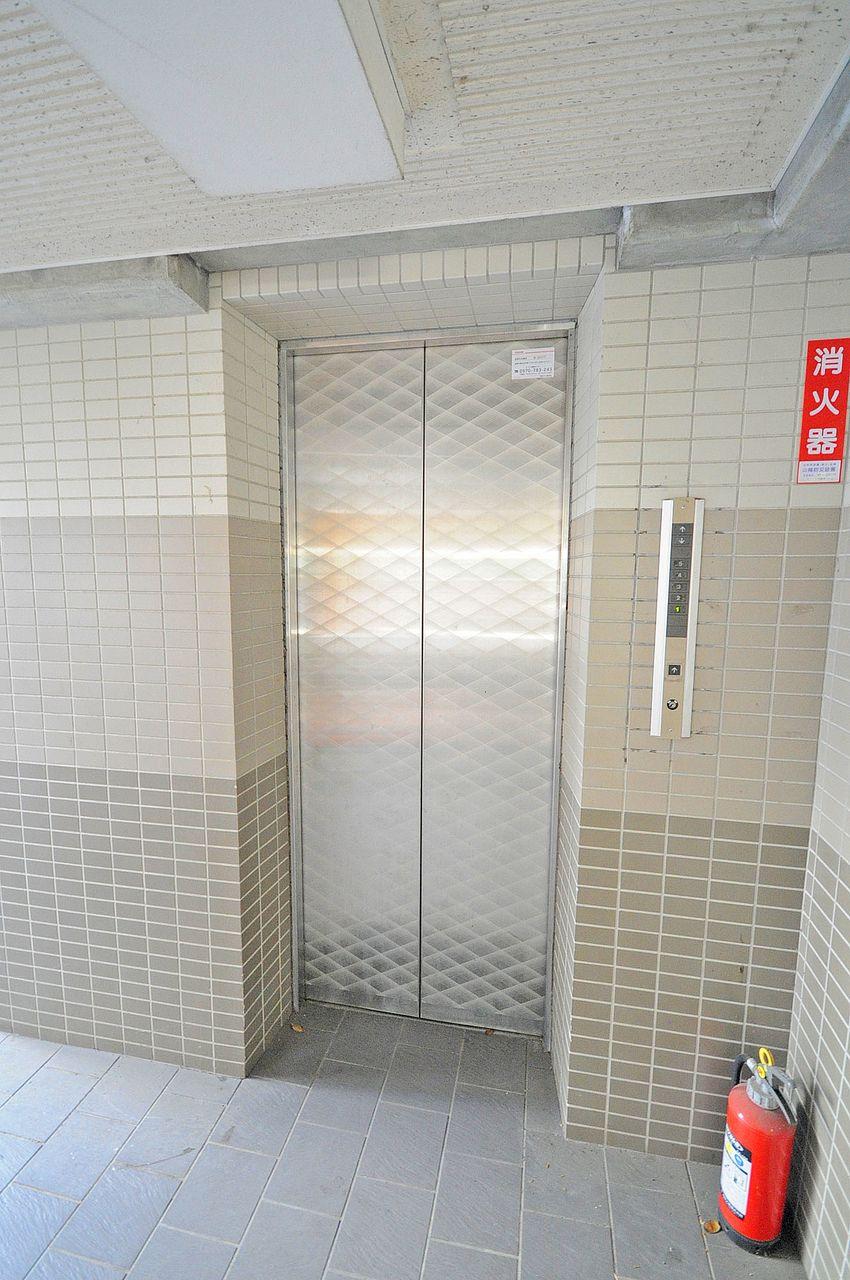 屋根付き駐車場からそのままエレベーターに乗られます。雨の日でも濡れる心配がないのは助かります。
