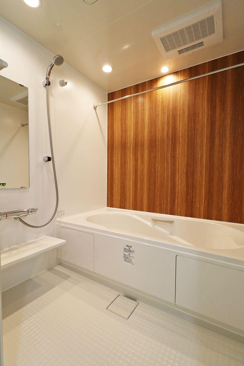 足をのばしてゆっくりと寛ぐことのできるお風呂は、一日の疲れを癒してくれるはず。浴室乾燥機もついているので、お洗濯物の干し場にも◎