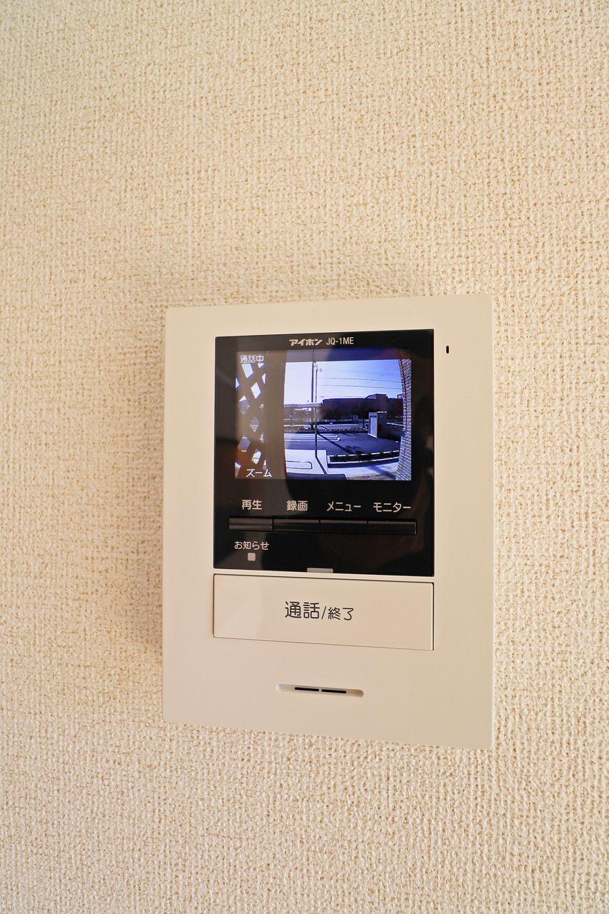 来訪者をカラー映像で確認できます。防犯対策にも役立つ設備です!