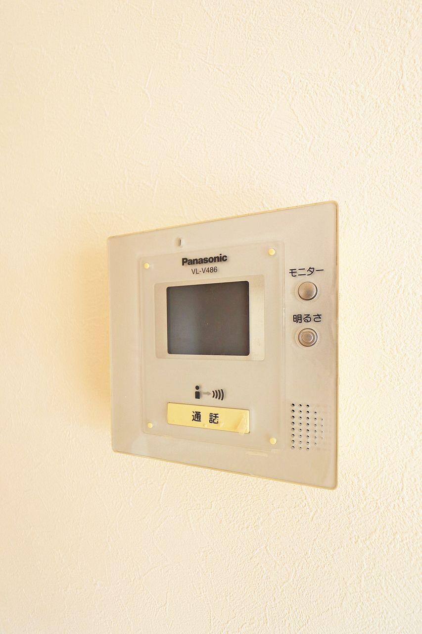 室内にいながら来訪者を確認できるモニターホン。防犯にも役立ち、女性の方やお子様のお留守番の際に助かります。