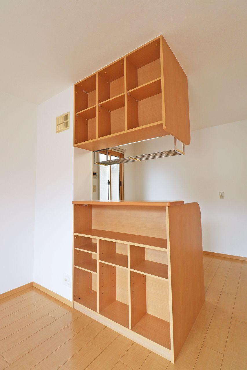 カウンターキッチンの背面には棚が付いていて、小物や本が置けます。人気の設備がワンランクアップしています。