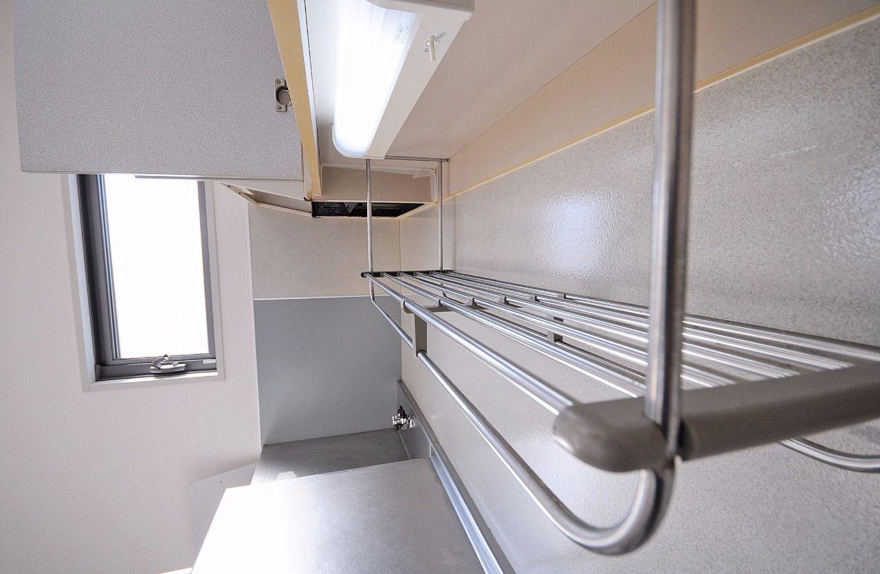 鍋やすぐに使うお皿などをさっと置ける棚がついています。