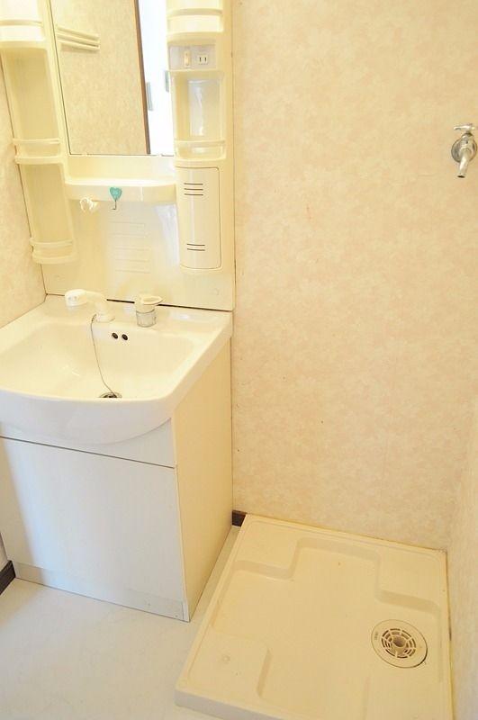 ノズルが伸びるシャワー洗面台。朝の寝癖もすぐに直せる優れもの! 設備にあると重宝しますよ。