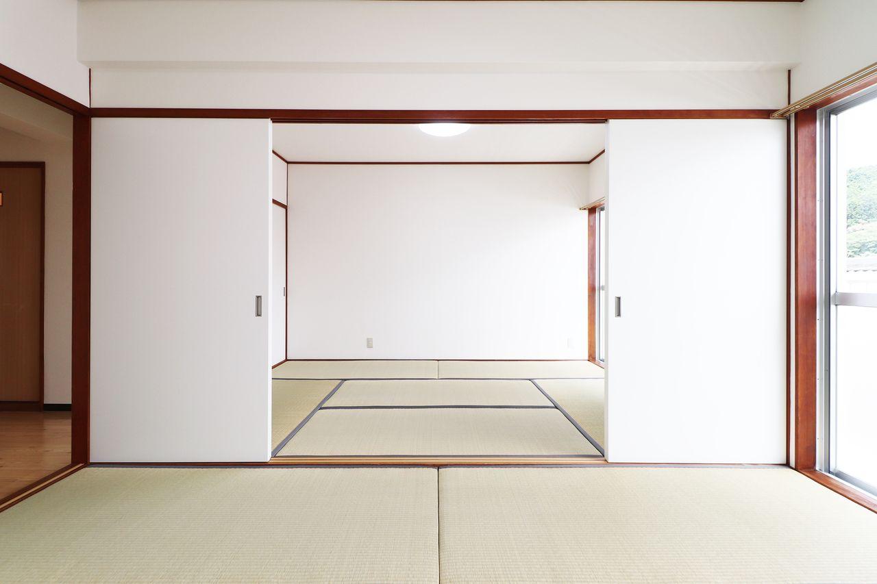 イグサの香りが心地いい和室。6畳として使っても、間仕切りを開放して12畳として使っても。生活スタイルに合わせてどうぞ。