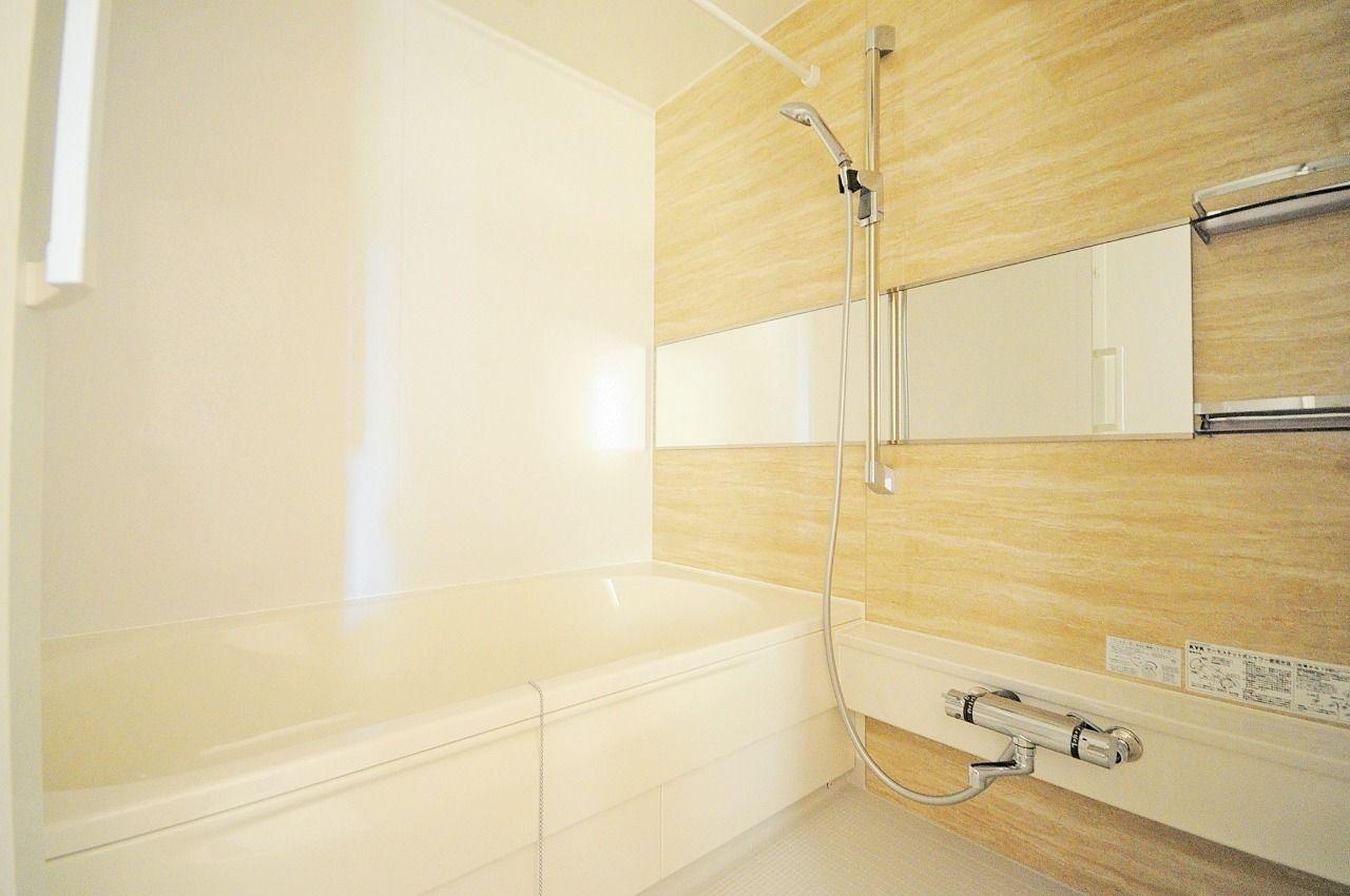 足を伸ばして入浴できます。サーモスタットバス水栓なので、温度調節も簡単にできます。