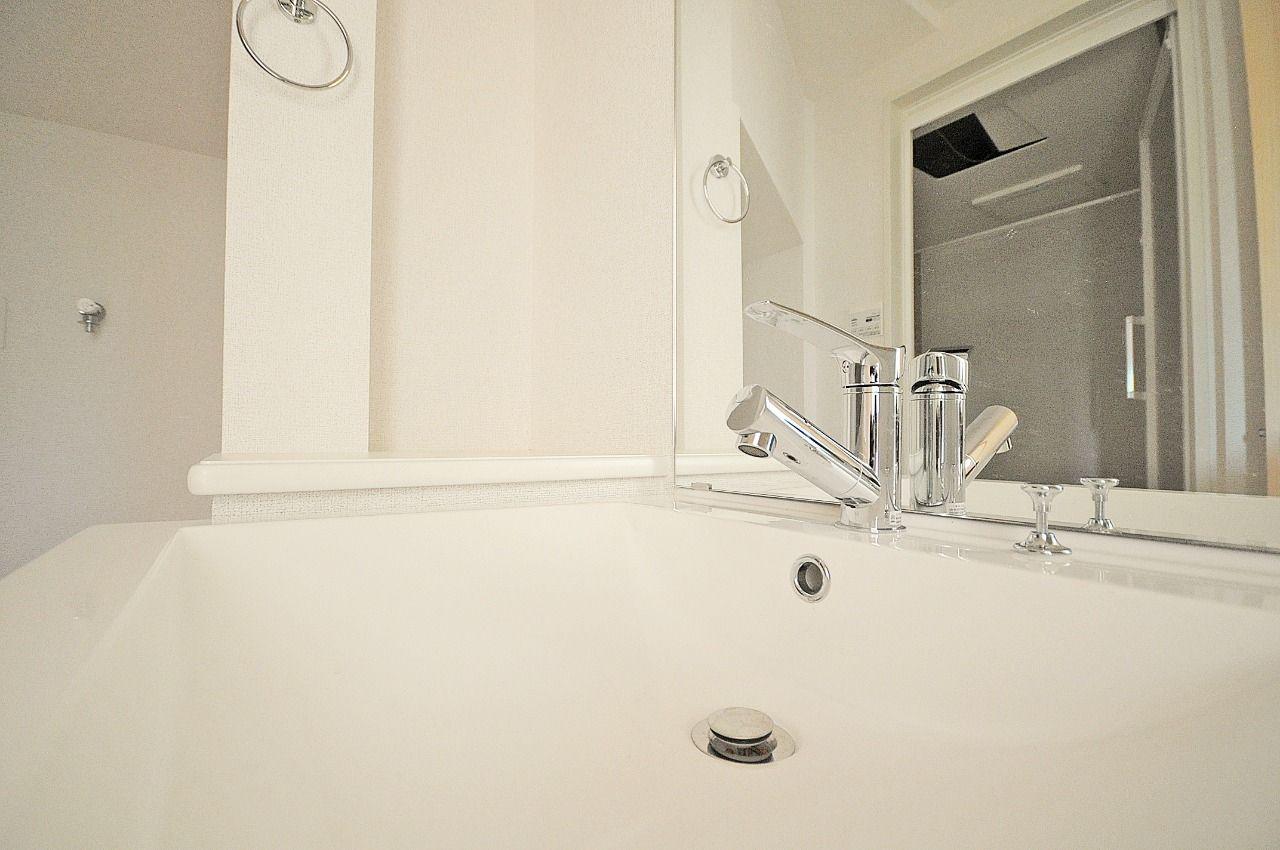賃貸ではあまり見かけないゴージャスな洗面台です。ハンドシャワータイプなので、利便性にも長けています。