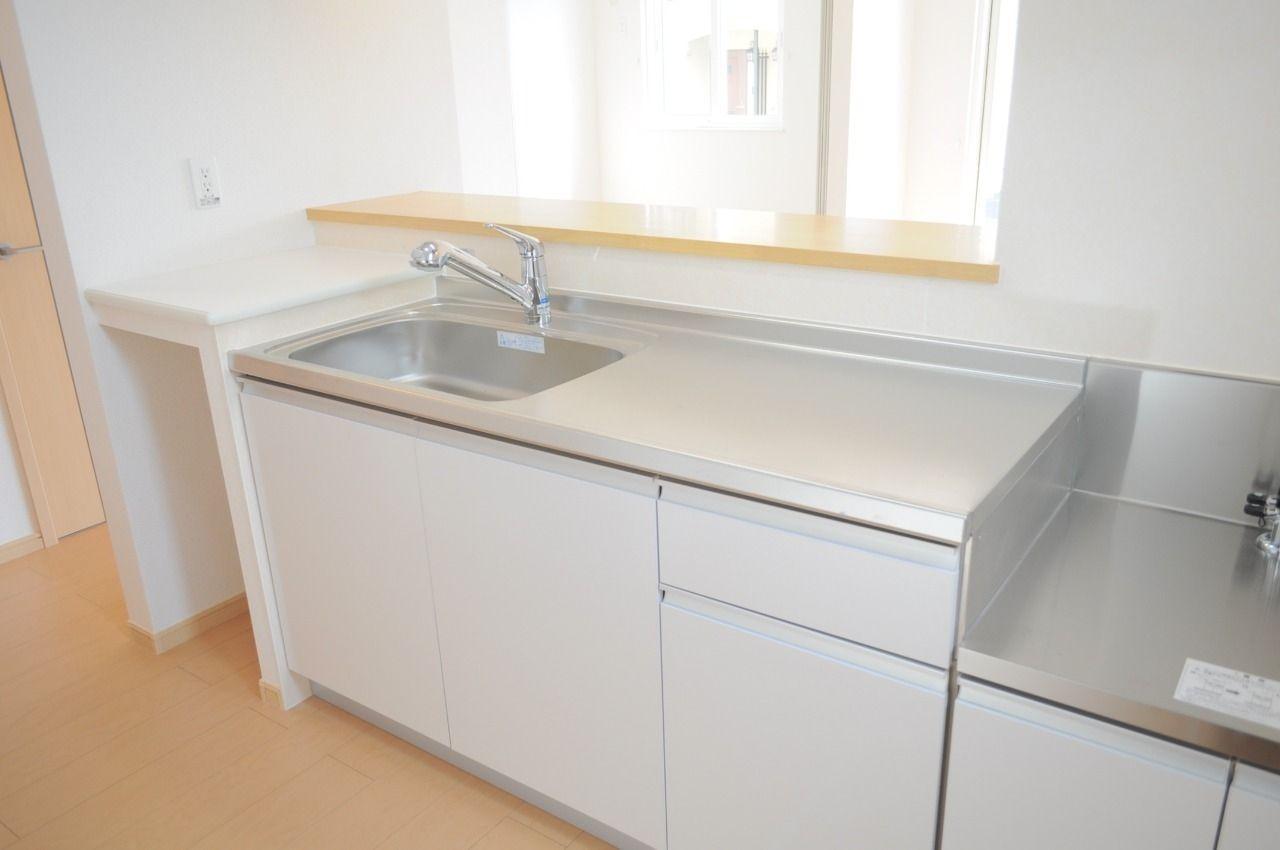 人気の高いカウンターキッチンです。冷蔵庫や食器棚もスマートに配置できます。