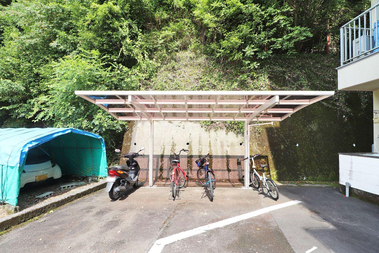 自転車やバイクをお持ちの方に嬉しい駐輪場があります。 雨ざらしにならないのがいいですよね。