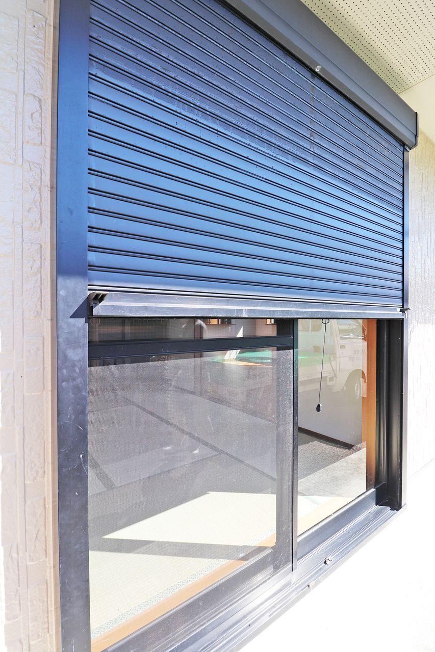 シャッターを閉めておくことで、防風・防塵に役立ちます。風で飛んできた飛来物で窓が割れるようなことも防げます。