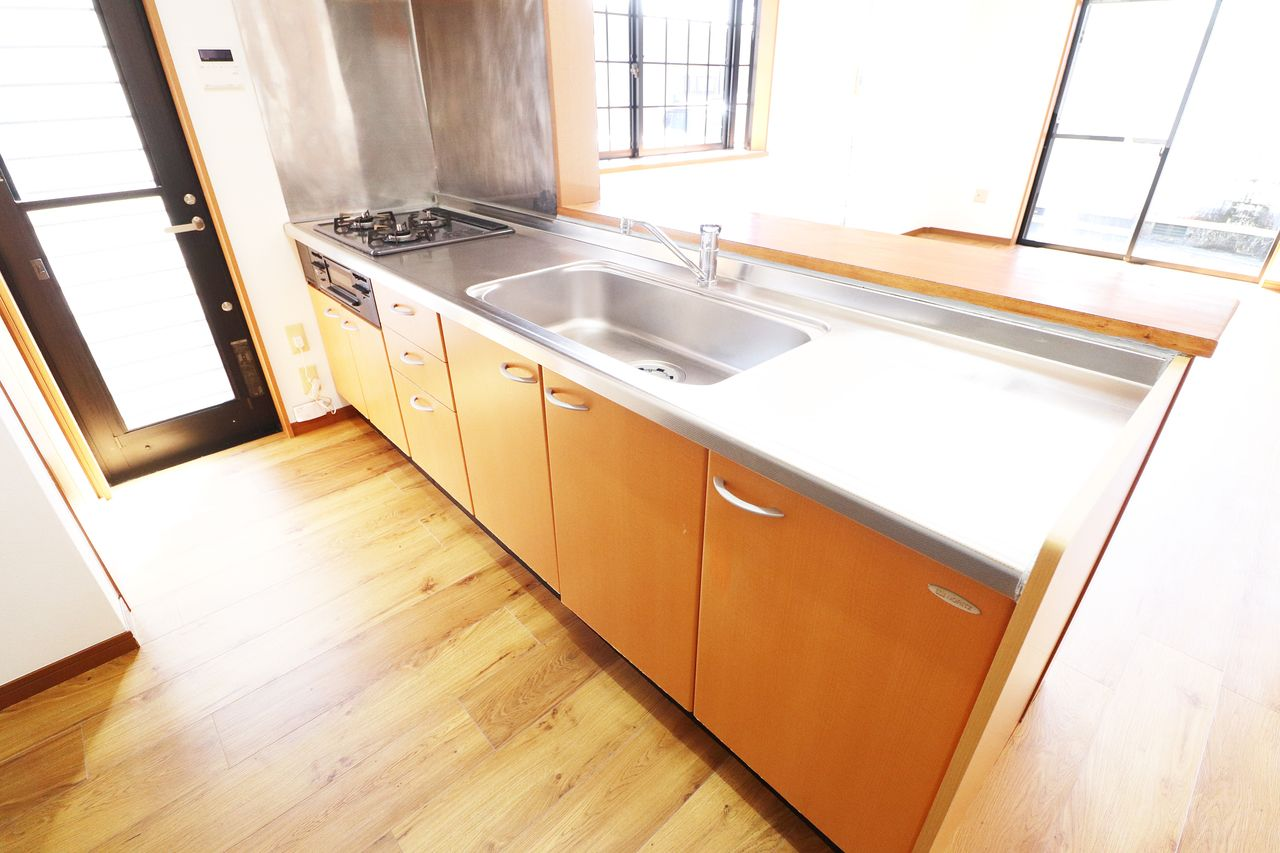 ガスコンロ3口に魚焼きグリル付きのカウンターシステムキッチンです。料理もバリバリ捗りそう。