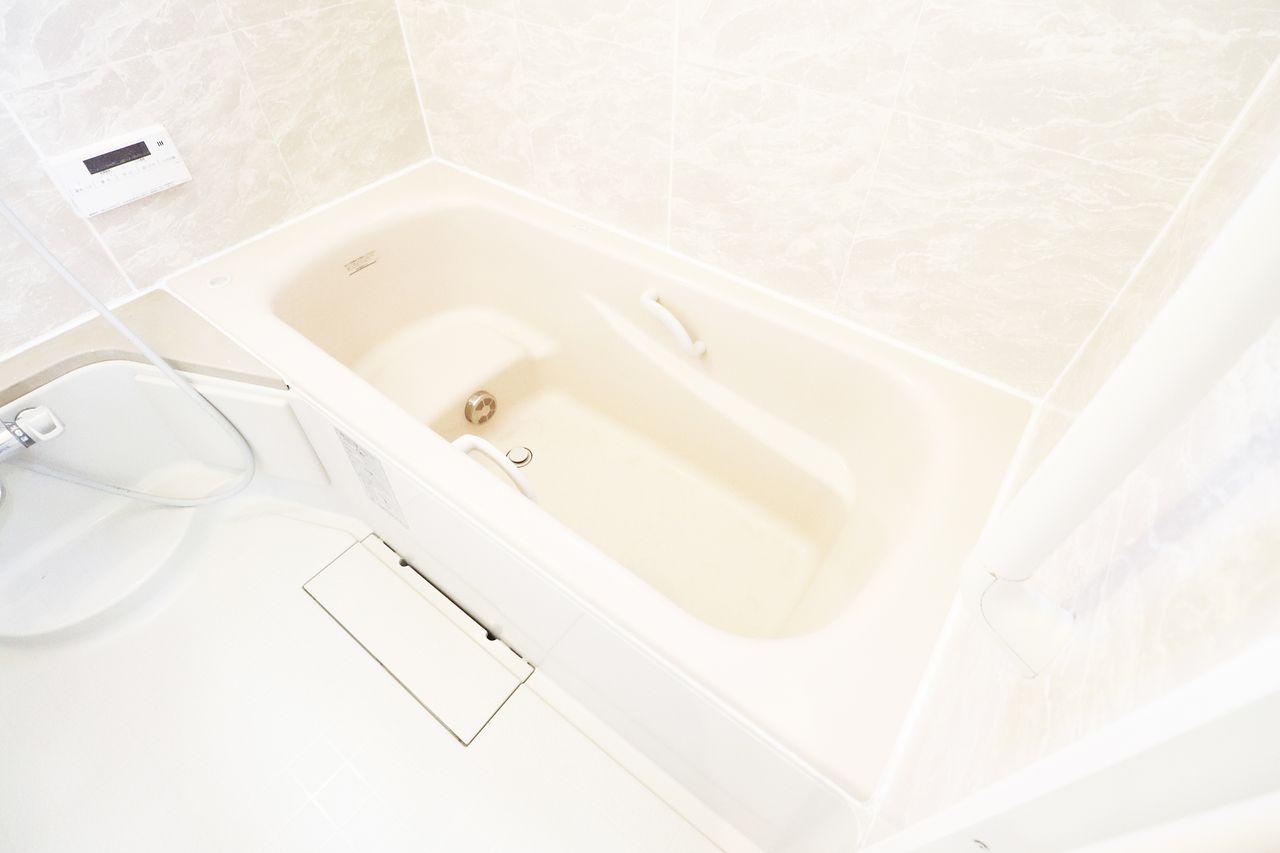 足を伸ばしてゆったりくつろげる一坪風呂♪浴室窓、追焚機能もついてます!