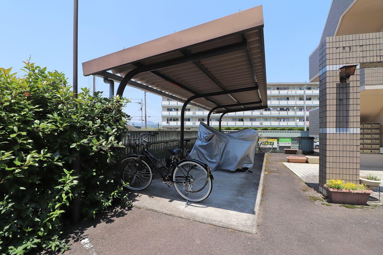 車だけではなく、自転車だって大切な交通手段。雨による錆などから守ってくれる屋根付きです♪