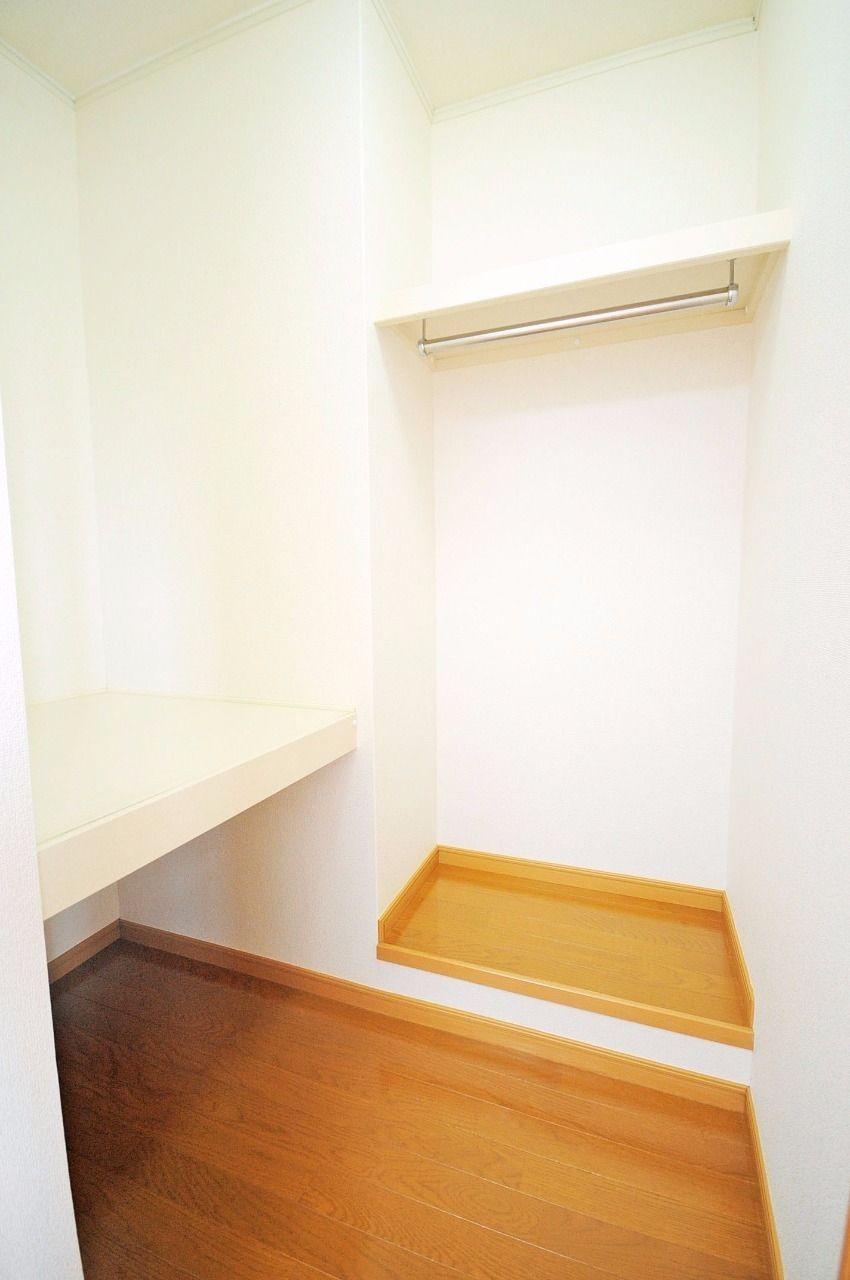 北側の洋室にはウォークインクローゼットがあります。収納ボックスなどが置けるスペースもあります。