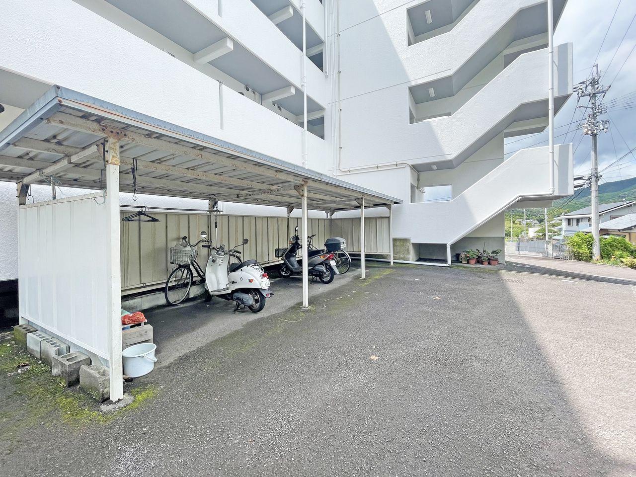 車だけじゃない!自転車やバイクも大切な交通手段。雨による錆から守ってくれる屋根付きの駐輪場です。
