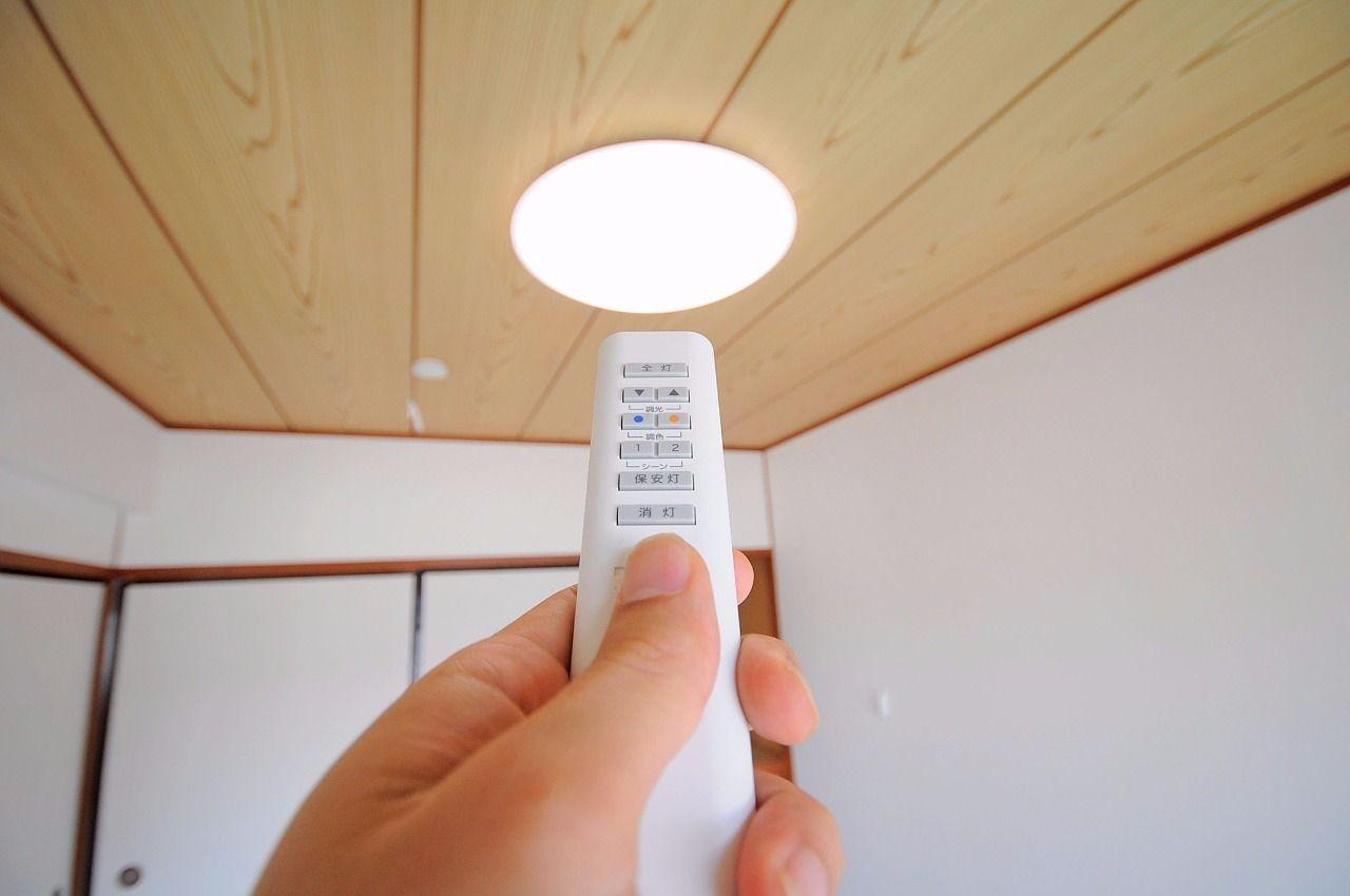照明リモコンがあるので、毎回立ち上がって電気を消しに行く必要がありません。手元に置いておけるのがイイ!!