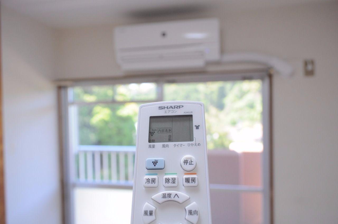 北側洋室のエアコンは残置物ですが、計3台のエアコンが付いています。