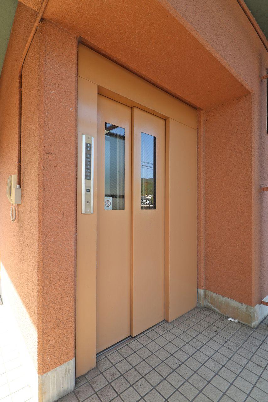 エレベータ付きで居住階数の7階まで楽に行くことができます。引っ越しの際にも役立つ設備。