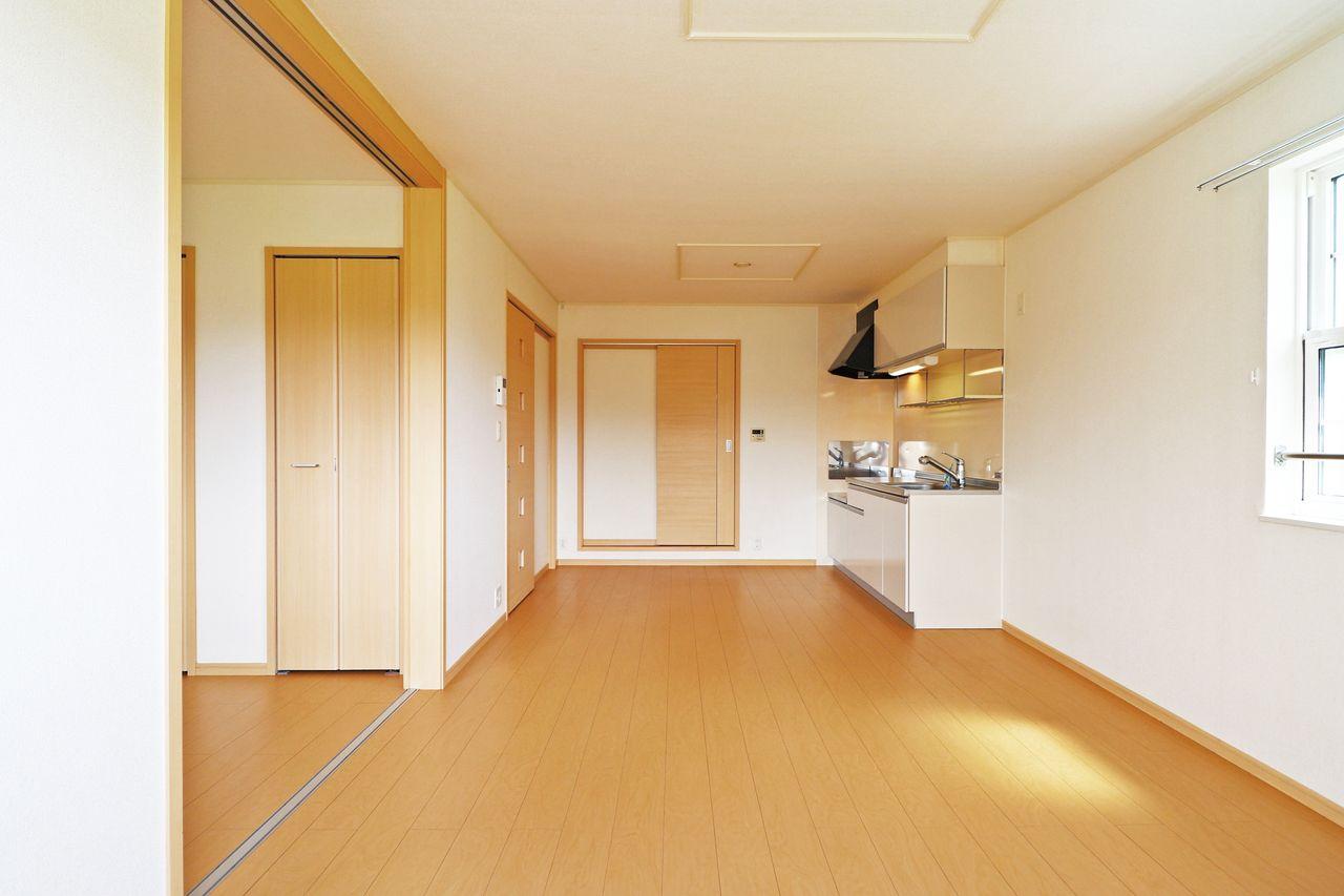 壁付きキッチンだからこそ、ひろーいリビングで伸び伸びとした生活を送ることができます。家族での素敵な時間をこの空間で是非。
