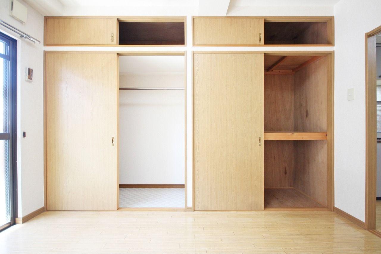 壁一面に収納があります。左右で種類も違うので、用途別に収納ができます。