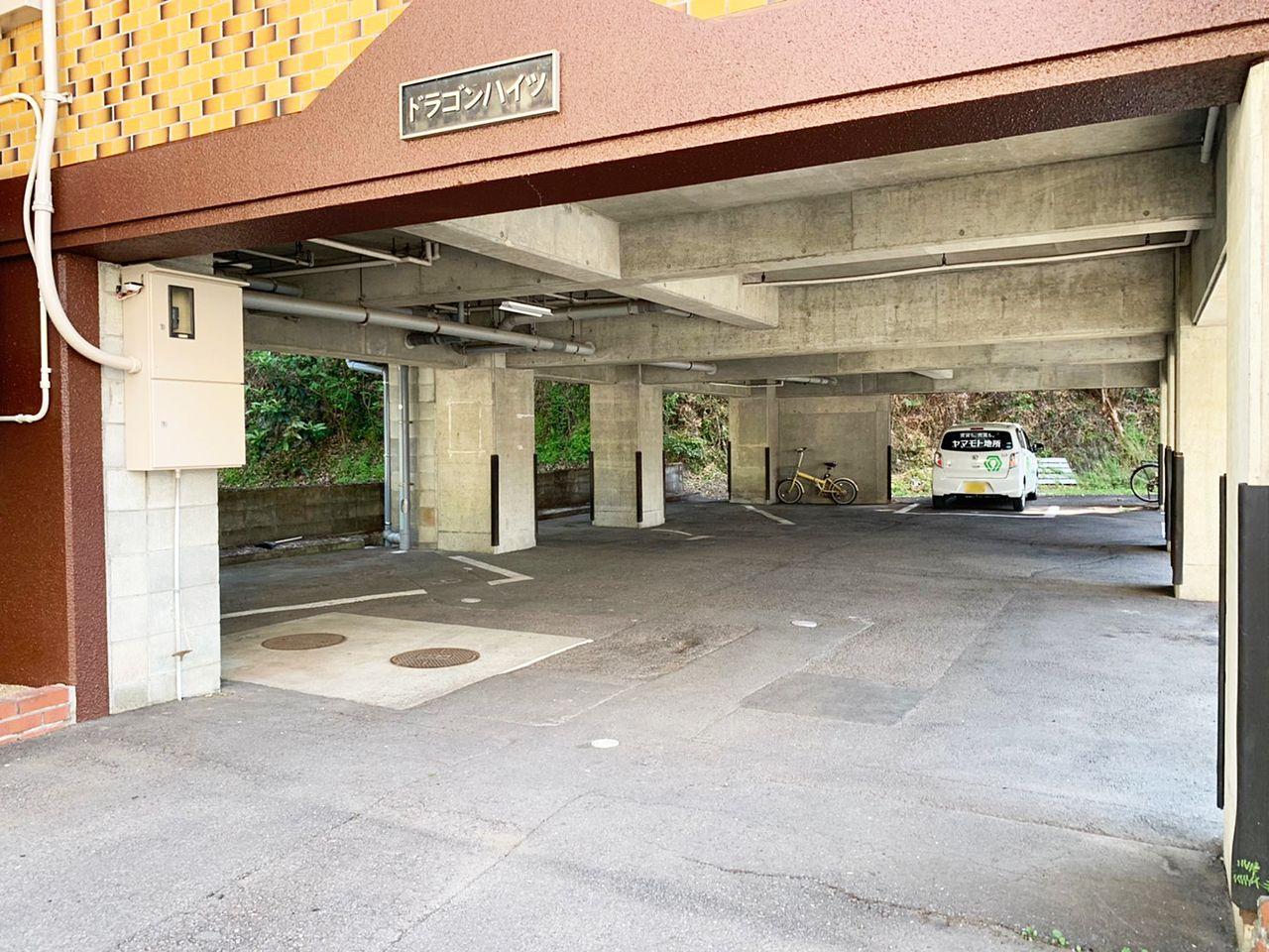 建物1階部分は駐車場になっています。大切な車を雨にさらすことなく駐車できます。