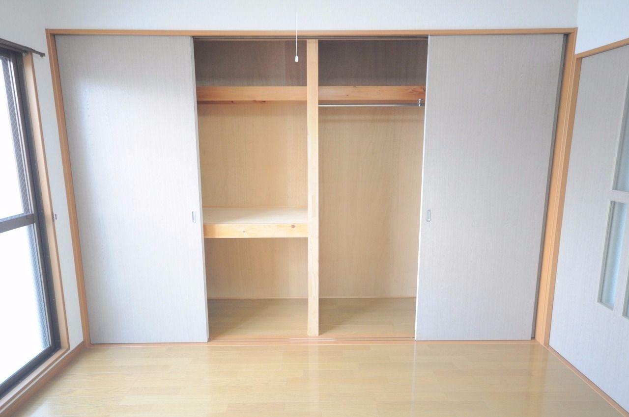 壁一面の収納スペース。押入れとクローゼットになっています。