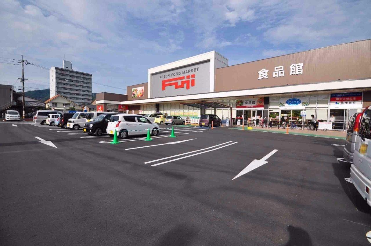 最寄のスーパーはフジ中村店です。徒歩6分の距離にあります。