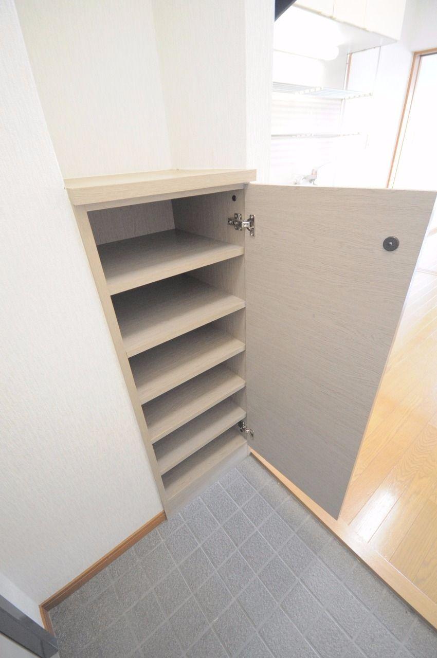 玄関には下駄箱があります。一人暮らしには充分な収納力があるのではないでしょうか。