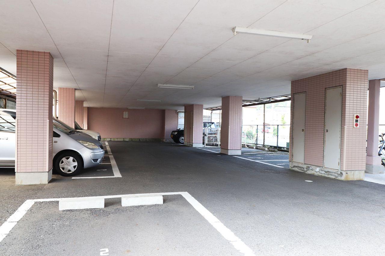 1階部分がすべて駐車場になっています。雨の日には濡れることもなく荷物を運び出すことができますよ♪