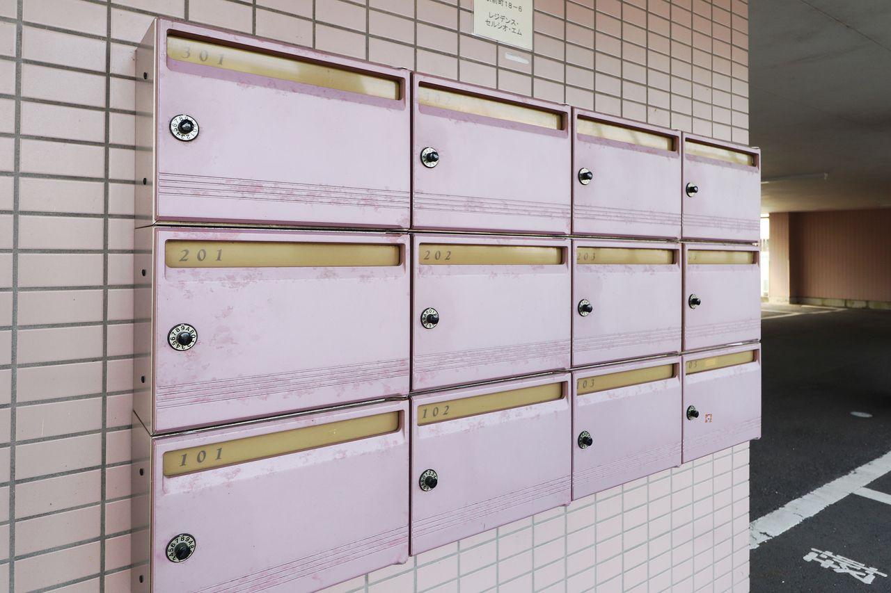 集合ポストにダイヤル錠が付いているので、郵便物を勝手に見られたりする心配がないです。
