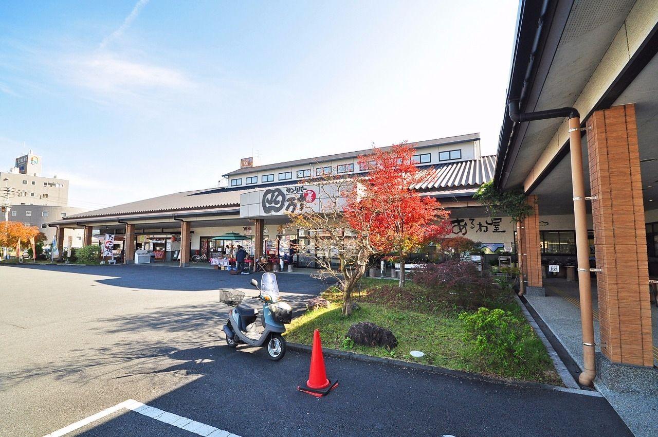 四万十の自然に恵まれた天然の産物を販売する四国最大級の物産館です。お土産も多彩にそろいます。