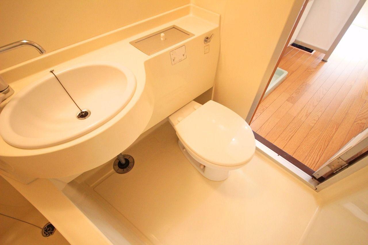 ひとつの空間にトイレ・洗面・お風呂がついています。シャワーが近くにあるので掃除が簡単という利点があります。