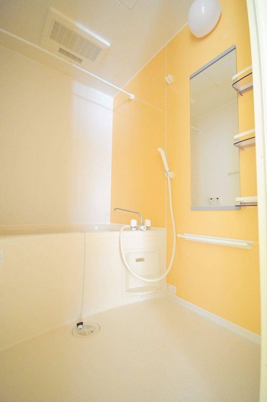 可愛い色合いの浴室。追い焚き機能に浴室乾燥機が付いていて、機能面も優秀です。