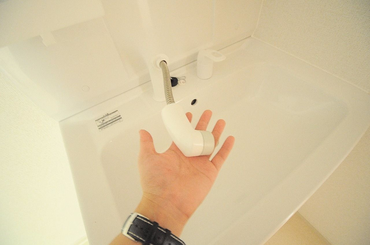 伸びるハンドシャワータイプの洗面台です。寝癖直しに役立ち、朝の時間短縮に!