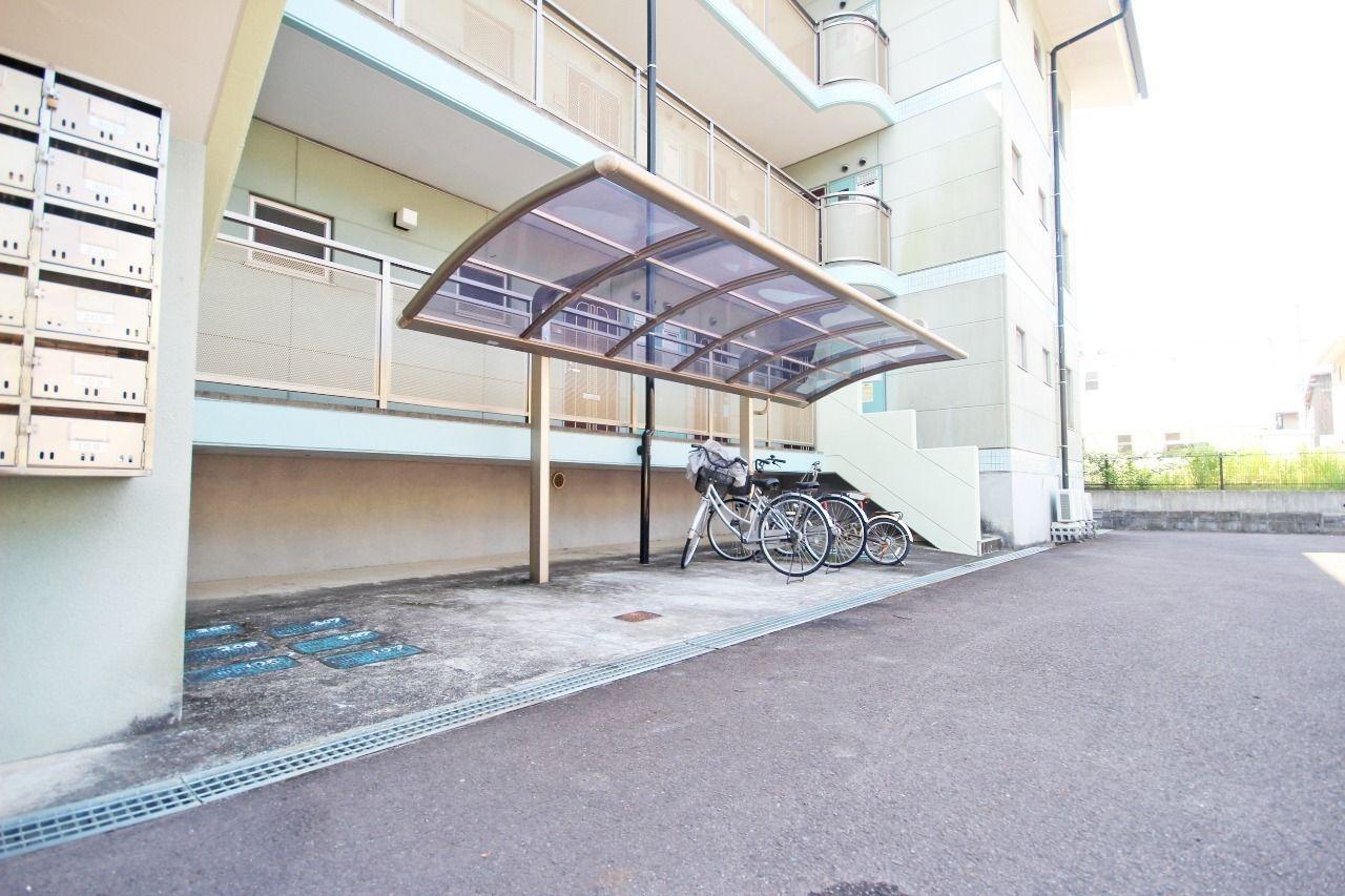 オシャレな屋根付きの駐輪場が2ヶ所。運動や節約の為にも自転車の購入を検討してみては?