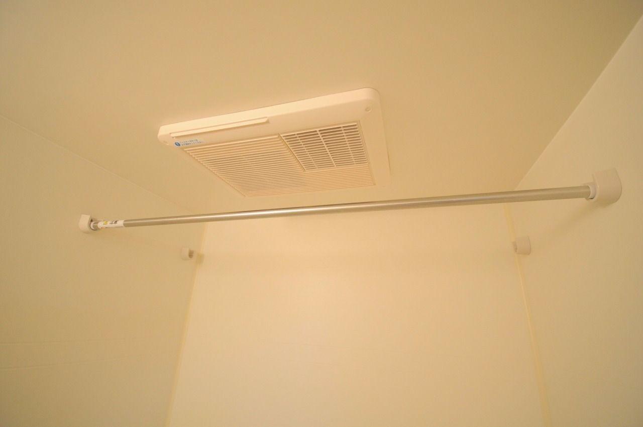 お風呂には浴室乾燥機が付いています。雨に日にはここで洗濯物を干すことができます。