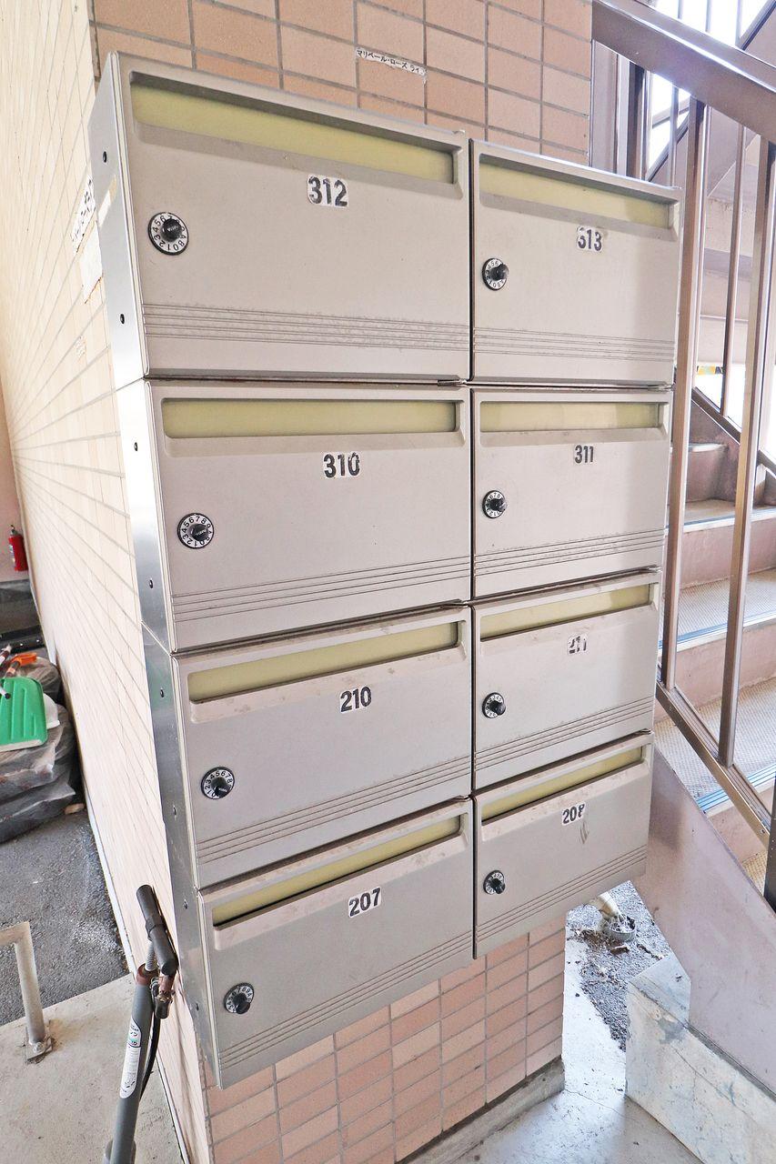 ダイヤル錠付きの集合ポスト。他人に開けられるリスクがグッと減り、大事な郵便物をしっかり守ります。