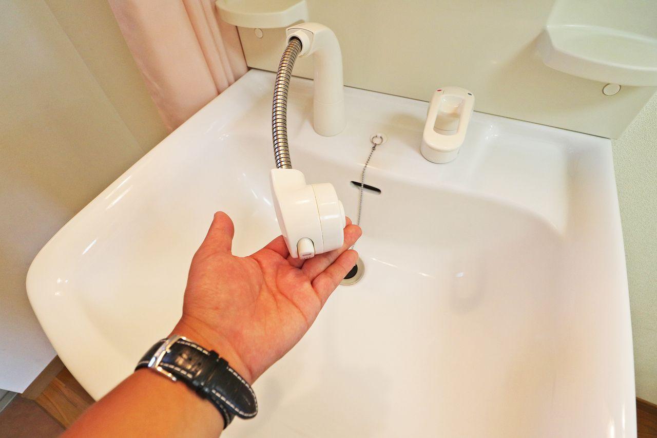 洗面台は伸びるハンドシャワータイプ。朝の寝癖直しや洗面台を洗うのに便利です。