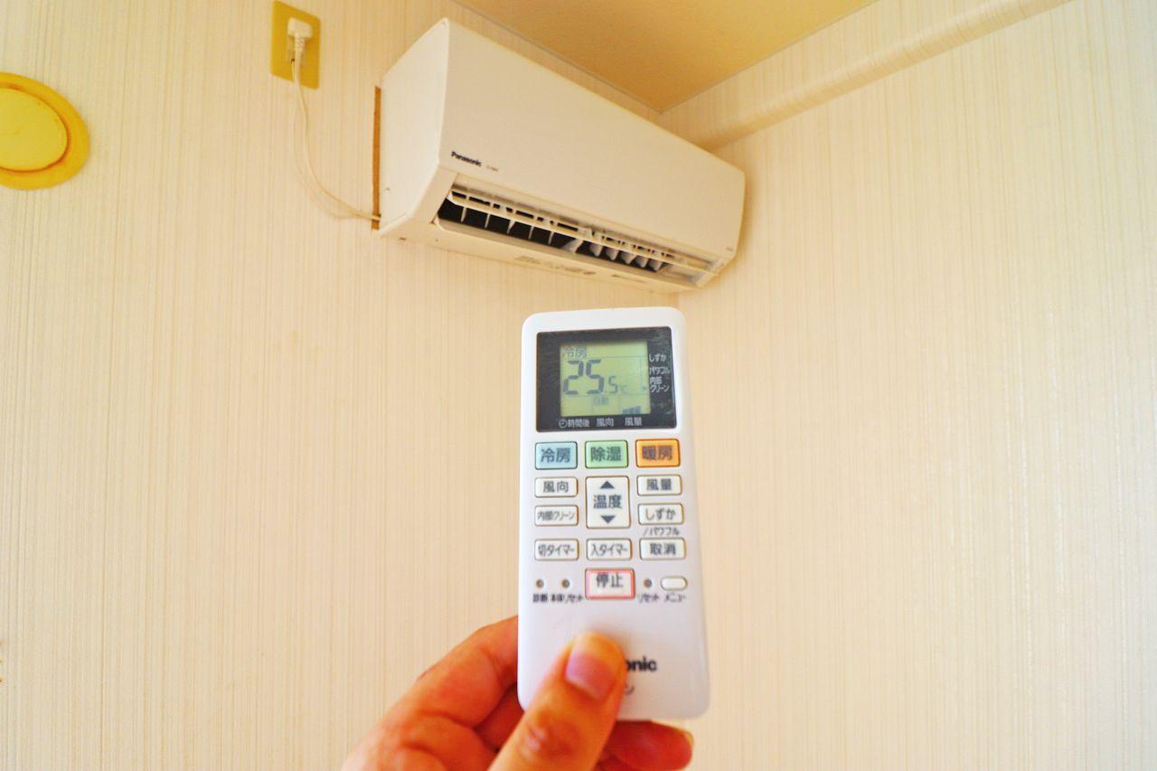 洋室にはエアコンがあります。夏も冬も快適にすごせそうです。