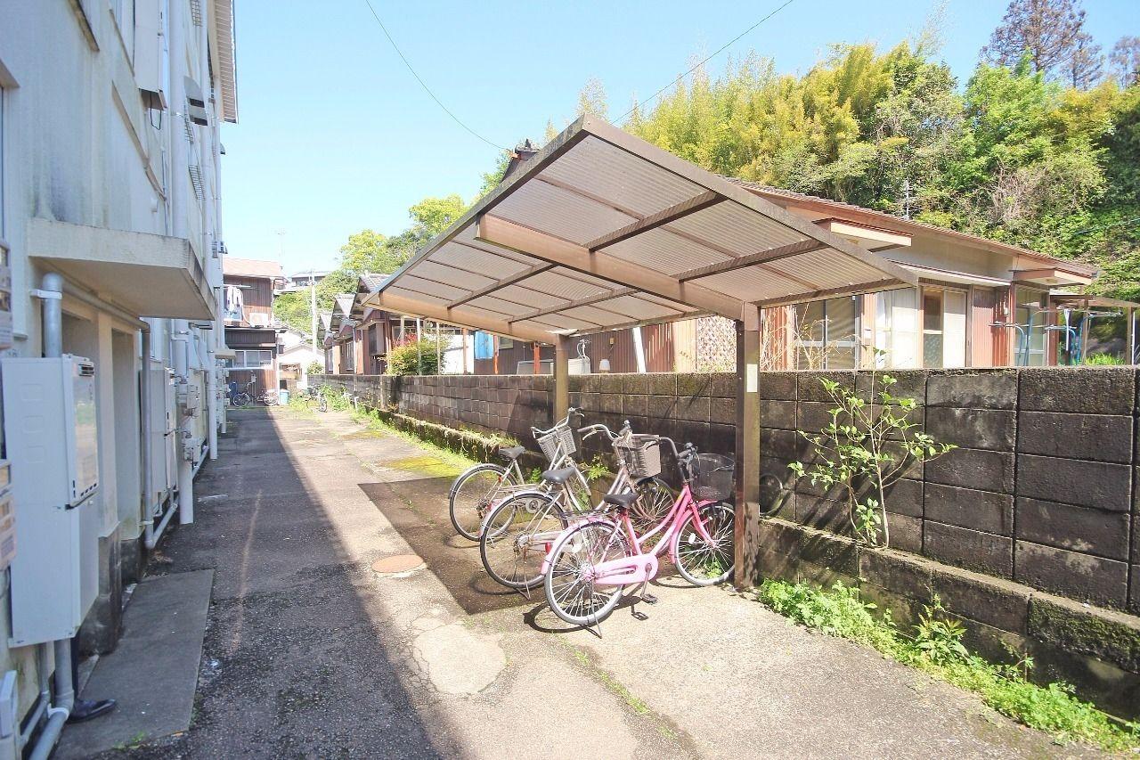 駐輪場が2箇所あります。少し道も狭い場所ですので、自転車があると便利だと思いますよ。