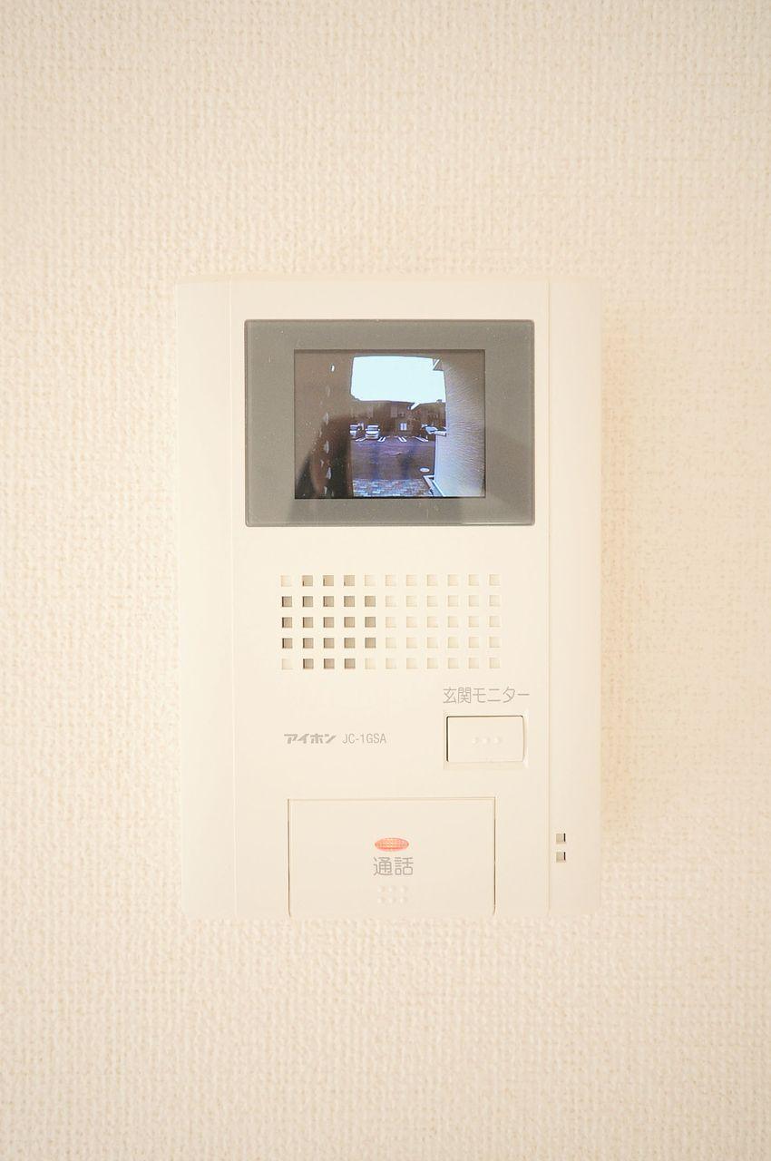 来訪者をカラー映像で室内から確認できます。お子様のお留守番などにも活躍してくれるでしょう。