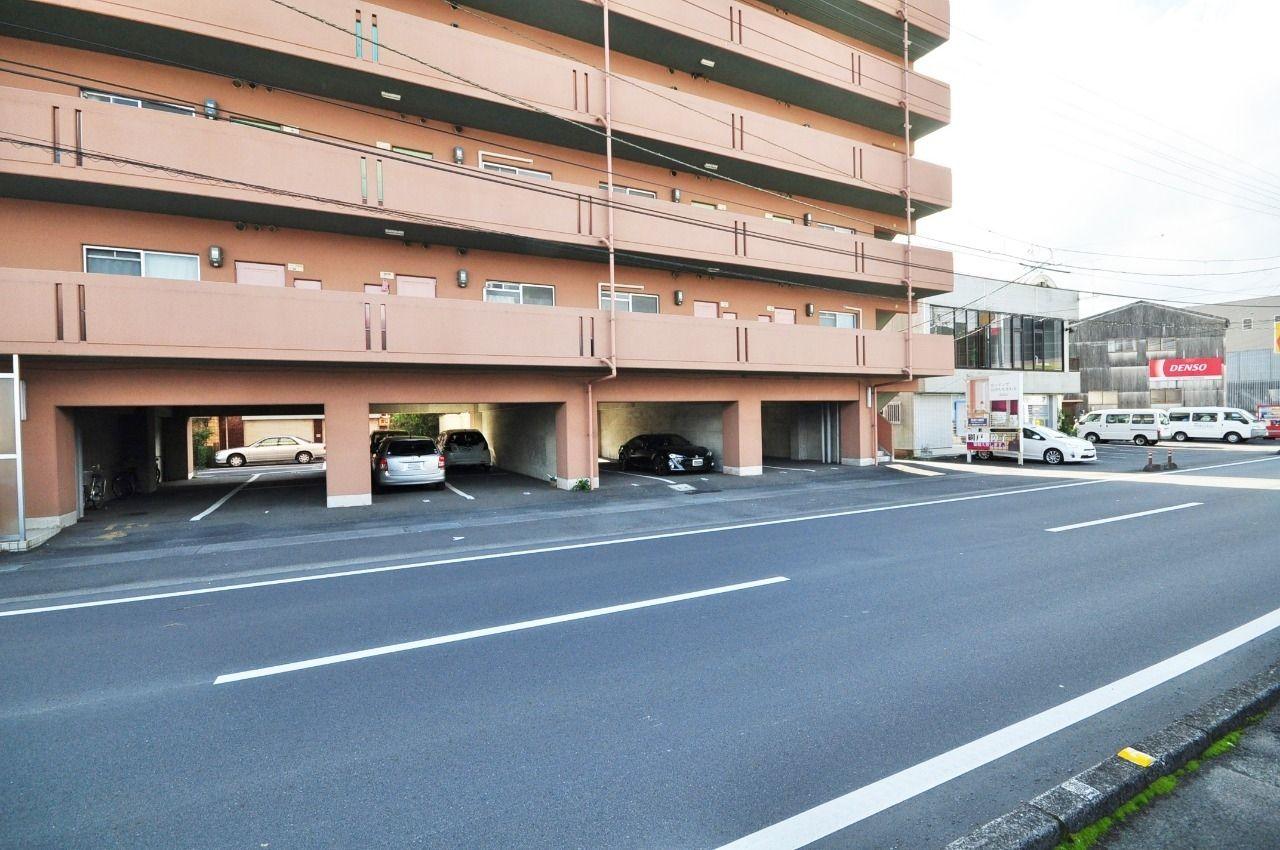 1階部分が駐車場になっていて、大事な車を直射日光や雨から守ってくれます。
